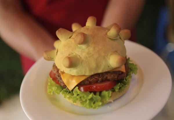Hamburger w kształcie modelu koronawirusa w restauracji w Hanoi w Wietnamie - Sputnik Polska