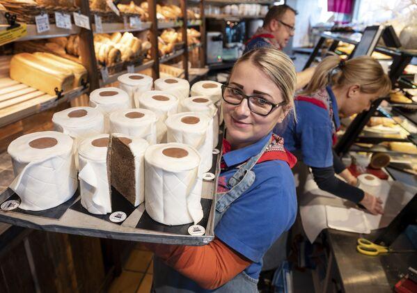 Ekspedientka piekarni w Dortmundzie z babeczkami w formie papieru toaletowego - Sputnik Polska