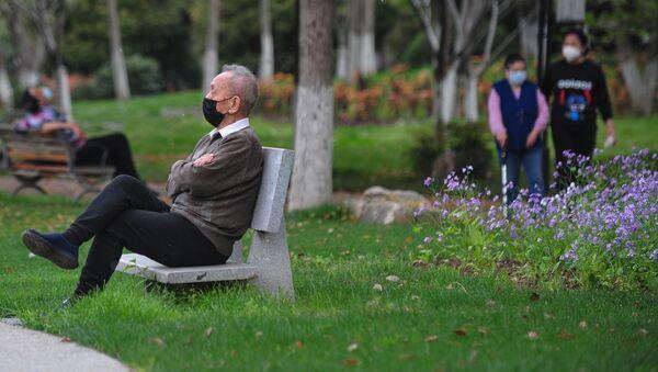 Mężczyzna siedzi w parku - Sputnik Polska