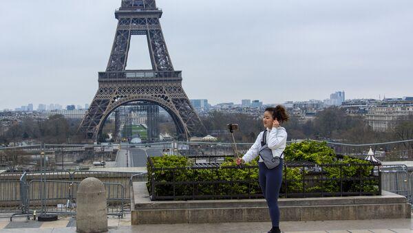 Turystka w Paryżu podczas kwarantanny - Sputnik Polska