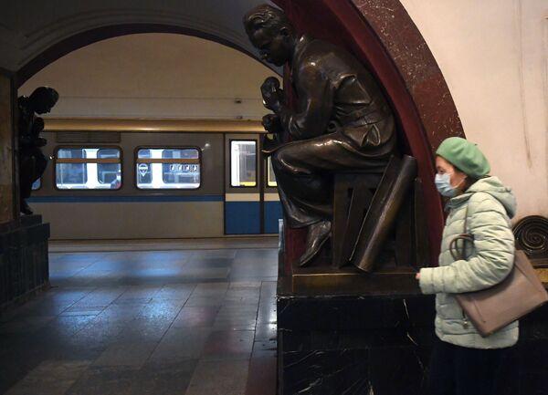 Pasażerka w moskiewskim metrze - Sputnik Polska