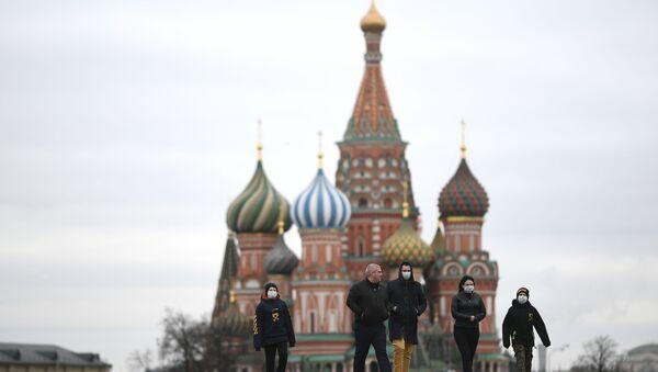 Ludzie w maskach medycznych na Placu Czerwonym - Sputnik Polska