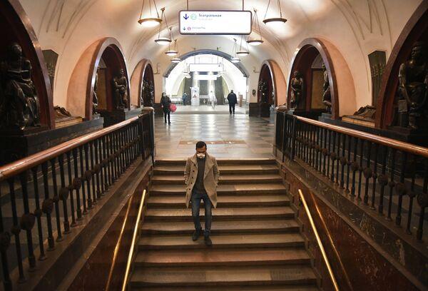 Pasażerowie w moskiewskim metrze - Sputnik Polska