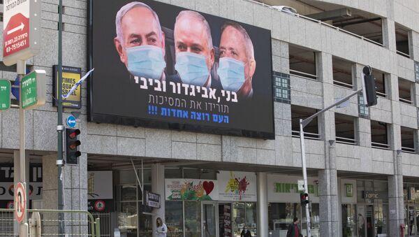 Plakat z wizerunkiem premiera Binjamina Netanjahu w masce w Izraelu - Sputnik Polska