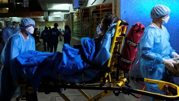 Zespół pogotowia zabiera pacjenta do szpitala w Hongkongu - Sputnik Polska
