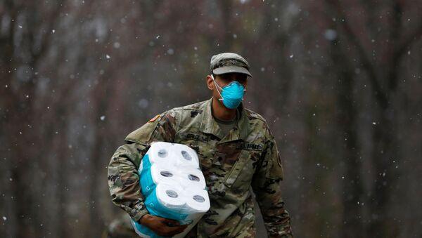 Amerykański żołnierz z opakowaniem papieru toaletowego w New Rochelle, Nowy Jork, USA - Sputnik Polska