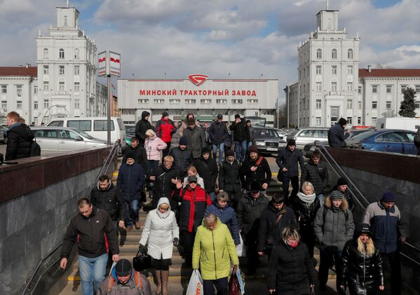 Ludzie kończą swoją zmianę w pracy w Mińskim Zakładzie Ciągników i udają się do swoich domów - Sputnik Polska