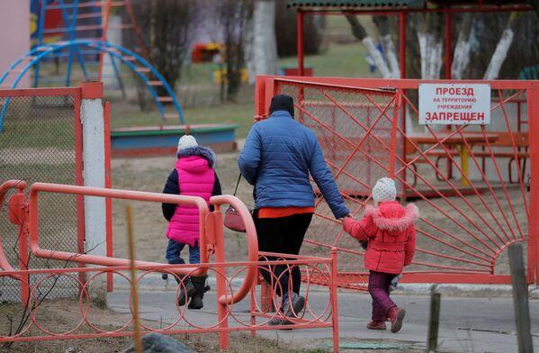 Kobieta spaceruje z dziećmi w Mińsku  - Sputnik Polska