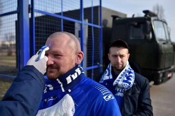 Kibice przechodzą pomiar temperatury przed wejściem na stadion  - Sputnik Polska