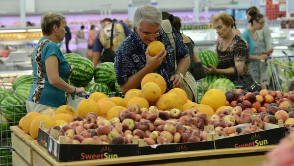 Supermarket w Rosji. Klient wybiera melony - Sputnik Polska