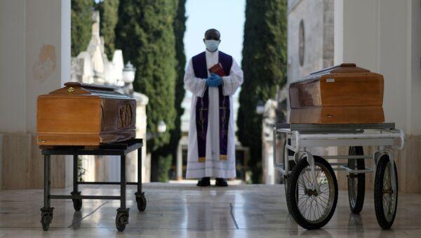Pogrzeby ofiar koronawirusa w Cisternino we Włoszech - Sputnik Polska