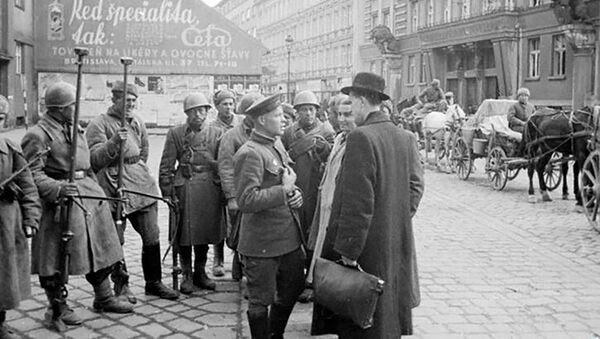 Mieszkańcy Bratysławy rozmawiają z żołnierzami armii radzieckiej - Sputnik Polska