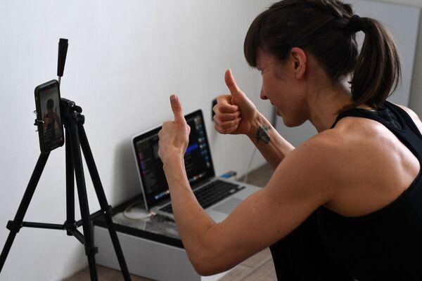 Trenerka fitnes z Rosji Anastazja Sałamatina prowadzi trening online - Sputnik Polska