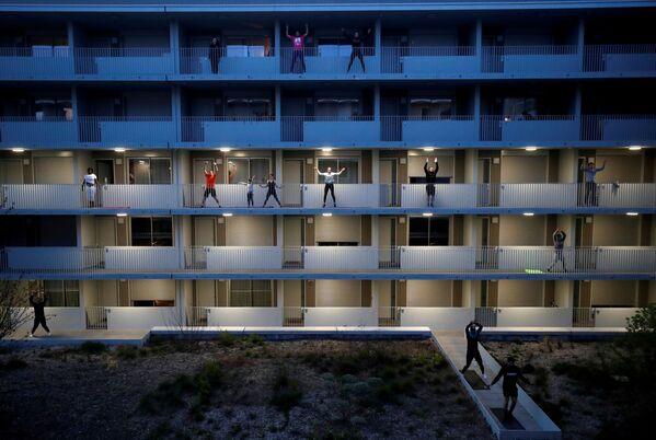 Trening na balkonie we Francji - Sputnik Polska