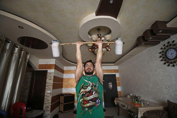 Trener fitnes Ahmed Sawi z Gazy ćwiczy w domu - Sputnik Polska