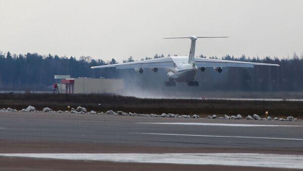 Samolot Ił-76 lotnictwa wojskowo-transportowego Sił Powietrzno-Kosmicznych z pomocą humanitarną dla Serbii na pokładzie - Sputnik Polska