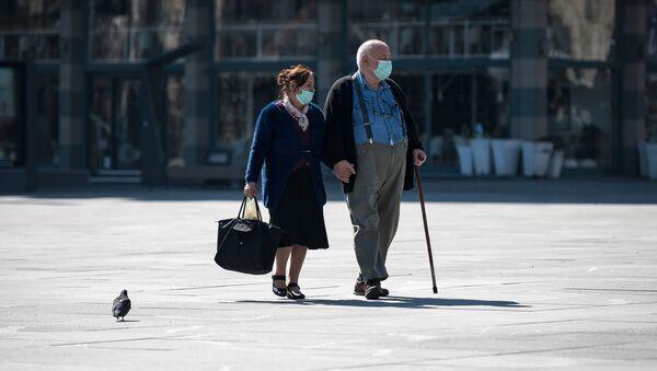 Ludzie w maskach na ulicy w Belgradzie - Sputnik Polska