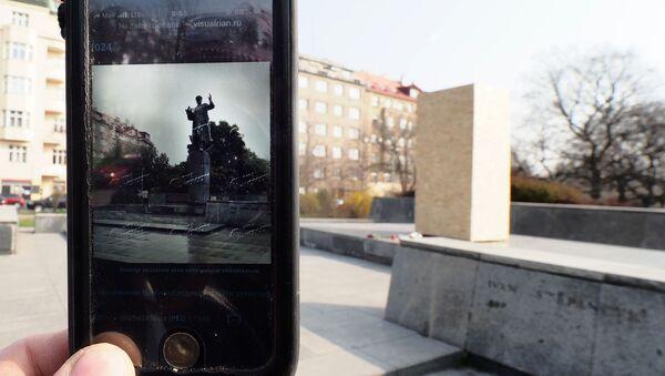 Telefon ze zdjęciem pomnika Koniewa w Pradze - Sputnik Polska