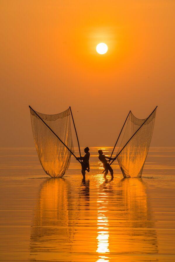 """""""Fisherman under the dawn"""", Wietnam - Sputnik Polska"""