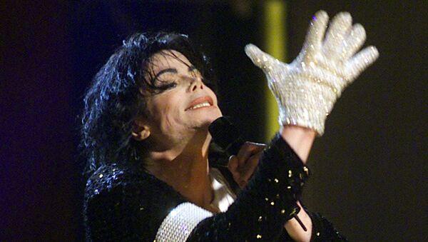 Michael Jackson w białej rękawiczce podczas swojego koncertu w Madison Square Garden w Nowym Jorku, 2001 rok - Sputnik Polska