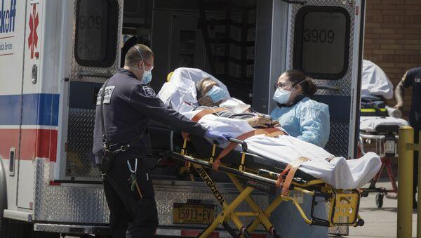 Personel medyczny wyprowadza pacjenta na noszach z karetki w Brooklynie w Nowym Jorku - Sputnik Polska