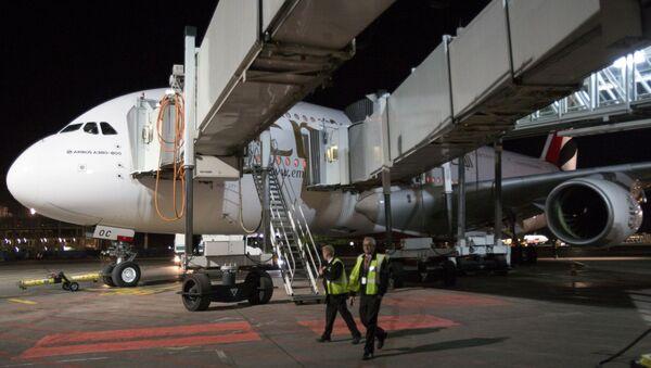 """Samolot linii lotniczej Emirates Airbus A380-800 na płycie lotniska """"Domodiedowo"""" - Sputnik Polska"""