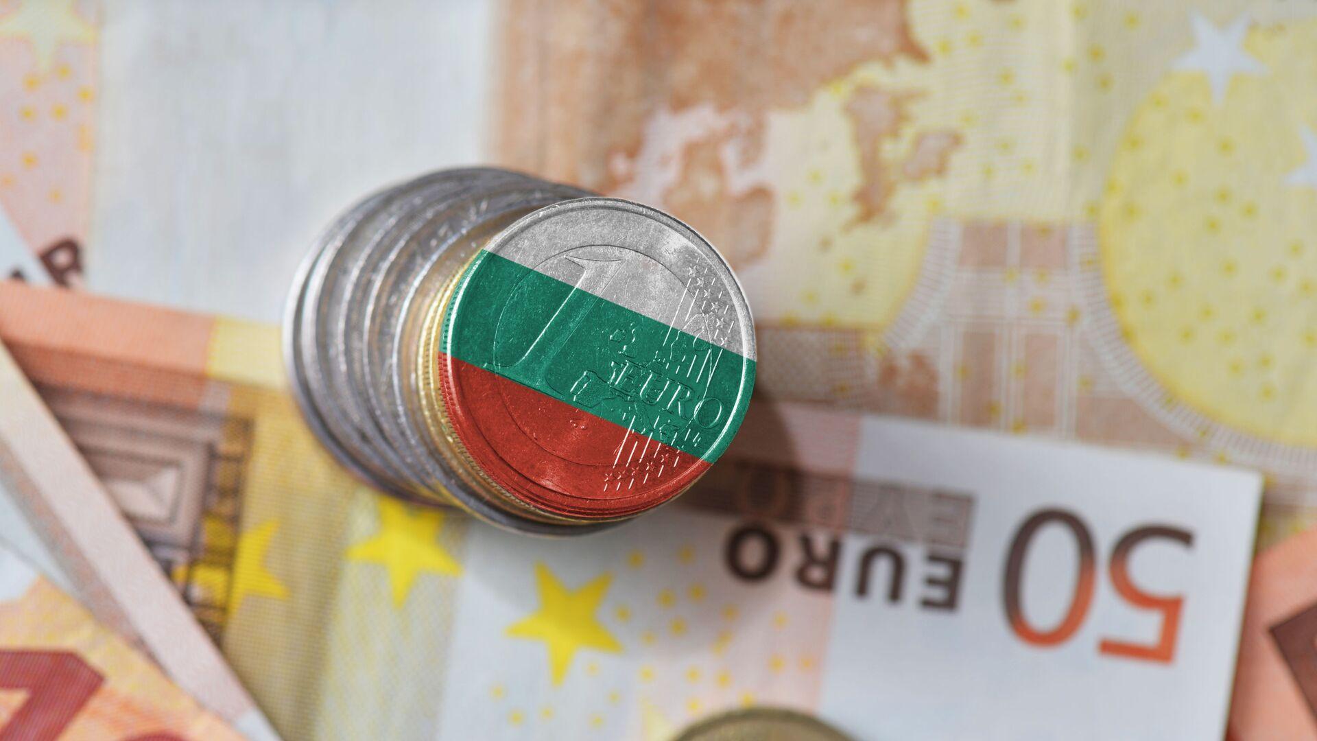 Monety o nominale jednego euro z flagą Bułgarii na tle banknotów  - Sputnik Polska, 1920, 07.10.2021