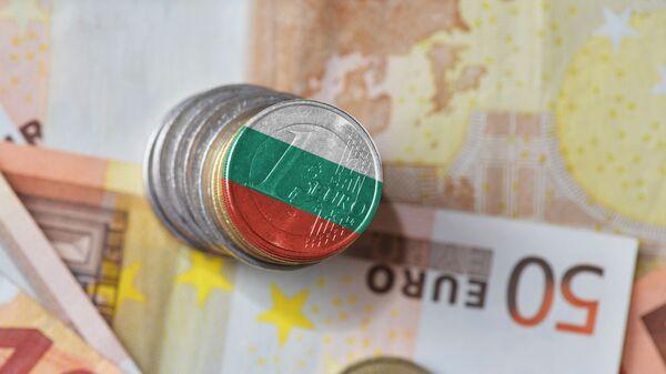 Monety o nominale jednego euro z flagą Bułgarii na tle banknotów  - Sputnik Polska