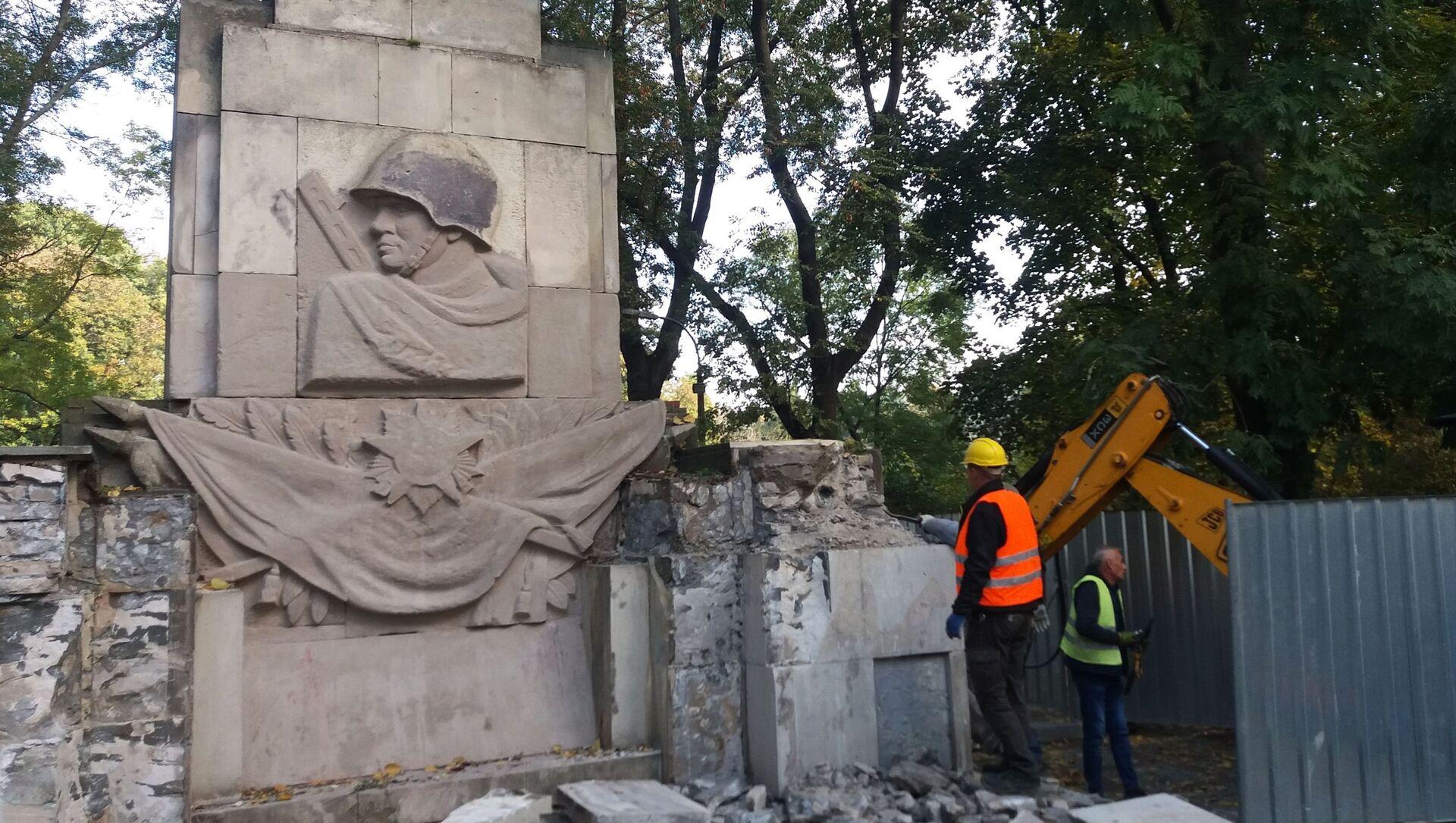 Demontaż Pomnika Wdzięczności Żołnierzom Armii Radzieckiej w parku Skaryszewskiego w Warszawie - Sputnik Polska, 1920, 04.03.2021