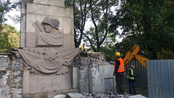 Demontaż Pomnika Wdzięczności Żołnierzom Armii Radzieckiej w parku Skaryszewskiego w Warszawie - Sputnik Polska