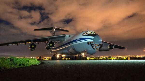 Samolot transportowy Sił Powietrzno-Kosmicznych Rosji Ił-76 z pomocą humanitarną  - Sputnik Polska