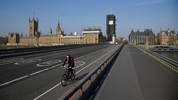 Rowerzysta jedzie pustym mostem Westminster w Londynie - Sputnik Polska