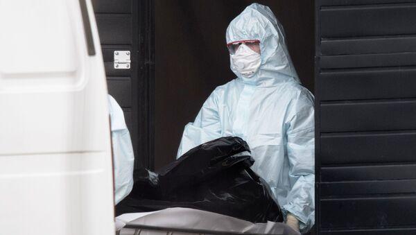 Lekarze wynoszą zmarłego ze szpitala w Kommunarce - Sputnik Polska