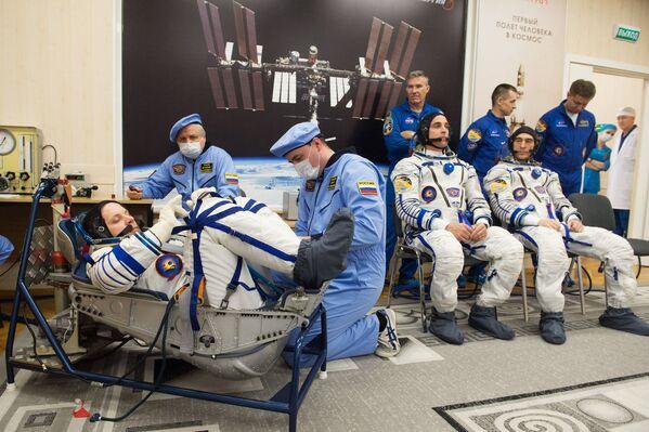 Członkowie ekspedycji MSK-63 przed startem - Sputnik Polska