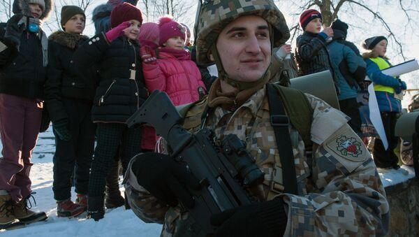 Łotewski żołnierz na prezentacji sprzętu wojskowego i uzbrojenia NATO. Łotwa. - Sputnik Polska