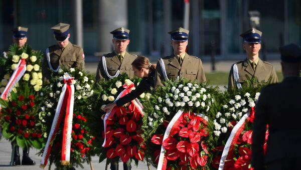 Złożenie wieńców i oddanie hołdu ofiarom katastrofy przed pomnikami prezydenta Lecha Kaczyńskiego oraz wszystkich ofiar katastrofy - Sputnik Polska