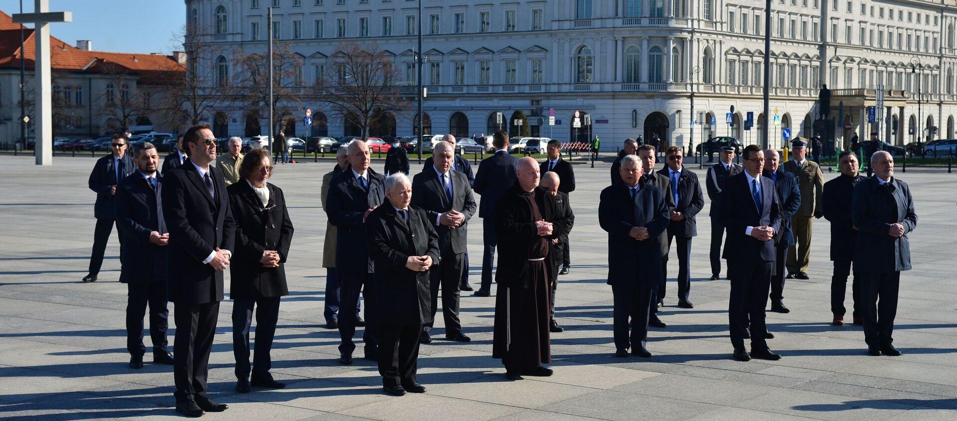 Oddanie hołdu ofiarom katastrofy przed pomnikami prezydenta Lecha Kaczyńskiego oraz wszystkich ofiar katastrofy - Sputnik Polska, 1920, 26.02.2021