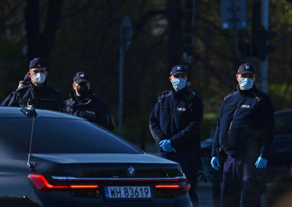 Policjanci w maskach ochronnych podczas obchodów 10. rocznicy katastrofy pod Smoleńskiem - Sputnik Polska