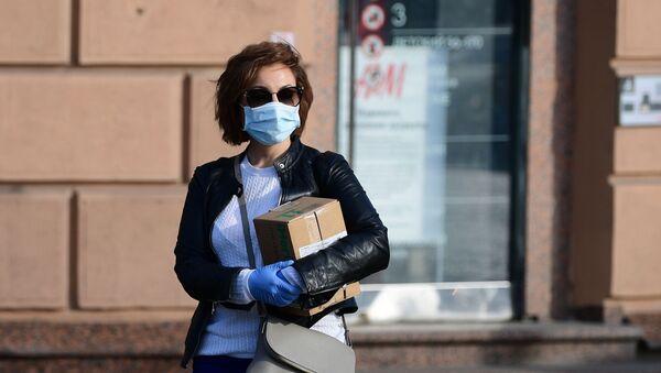 Epidemia koronawirusa, kobieta w masce ochronnej - Sputnik Polska