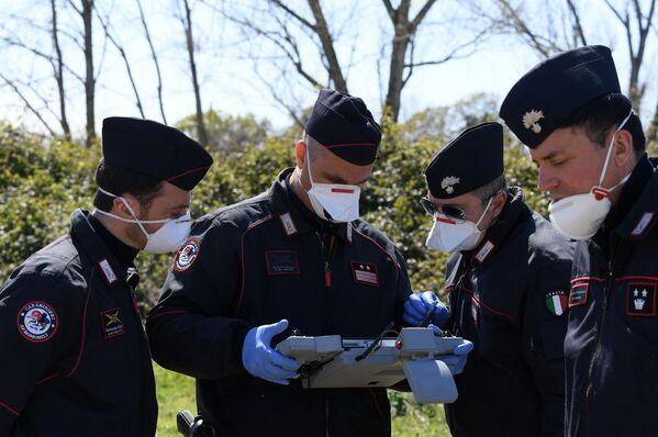 Carabinieri z panelem sterowania dronami w celu sprawdzenia, czy ludność przestrzega środków wprowadzonych w związku z koronawirusem w Rzymie we Włoszech - Sputnik Polska