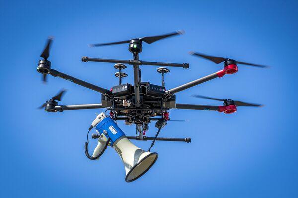 Holenderski dron policyjny do monitorowania zachowania odległości podczas kwarantanny - Sputnik Polska