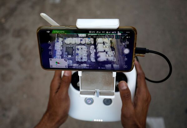 Panel kontrolny drona do monitorowania ruchu ludzi w związku z koronawirusem w dzielnicy mieszkalnej w Ahmedabadzie w Indiach - Sputnik Polska