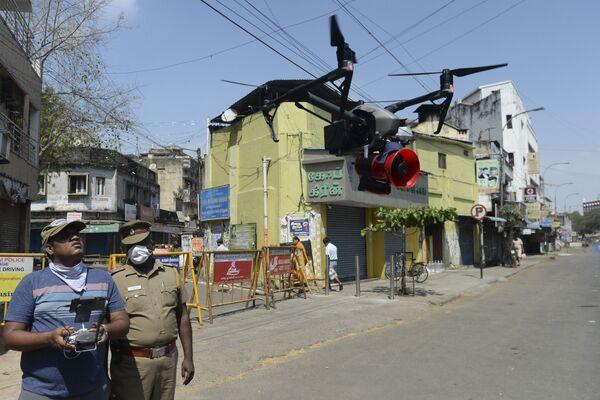 Dron policyjny w Chennai w Indiach - Sputnik Polska