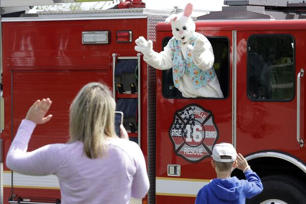 Mężczyzna w stroju królika podczas świąt wielkanocnych w USA - Sputnik Polska