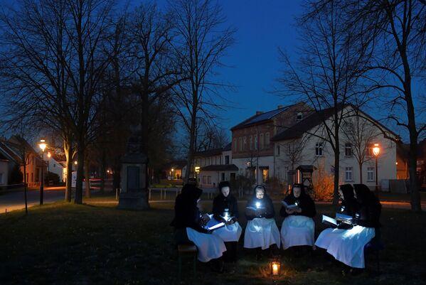 Kobiety śpiewają podczas świąt wielkanocych w Niemczech - Sputnik Polska