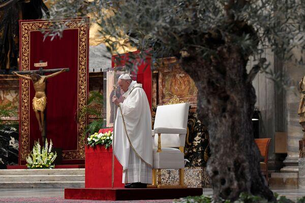 Papież Franciszek odprawia mszę w Bazylice Świętego Piotra bez udziału ludzi w niedzielę wielkanocną w Watykanie - Sputnik Polska