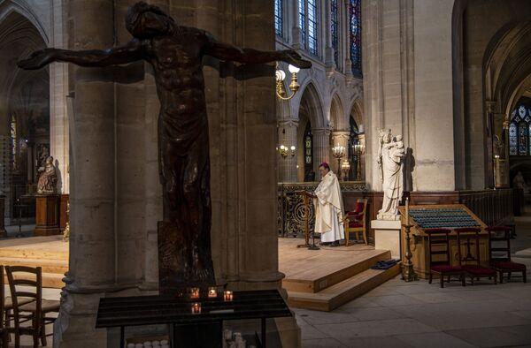 Arcybiskup Paryża podczas nabożeństwa wielkanocnego w kościele Saint-Germain-l'Oxerrois w Paryżu - Sputnik Polska
