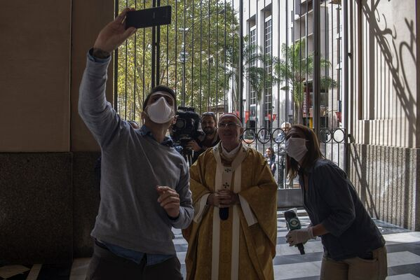 Po mszy wielkanocnej dziennikarze robią zdjęcia z urugwajskim kardynałem w pustej katedrze - Sputnik Polska