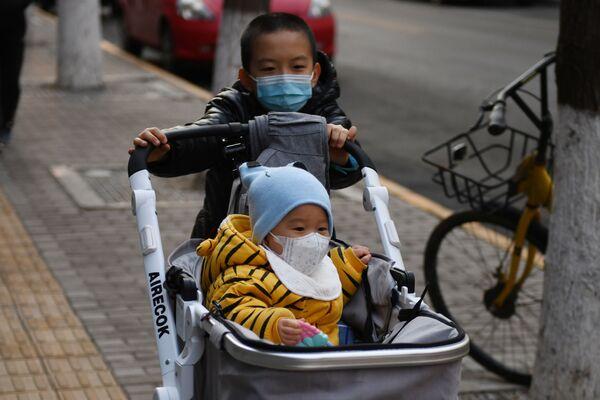 Dzieci w maskach w Chinach - Sputnik Polska