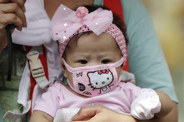 Dziewczynka w masce Hello Kitty, Filipiny  - Sputnik Polska